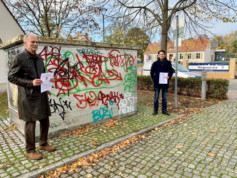 Dr. Burkhard Mühr und Peter Kreilinger mit Vorschlag für Informationsblatt auf dem Plantagenplatz in Werder (havel)